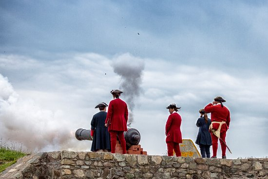 Louisbourg, Canada: Cannon fire from the walls.