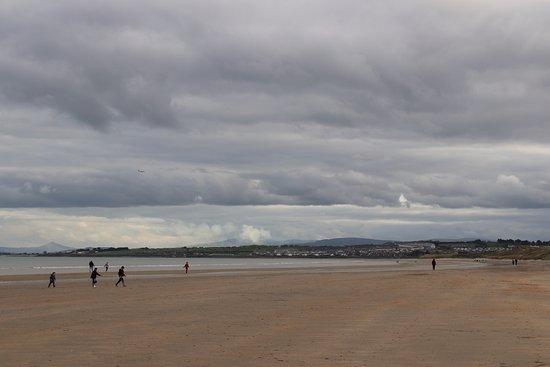 Donabate, Irlanda: Langer Sandstrand vor der Hoteltür