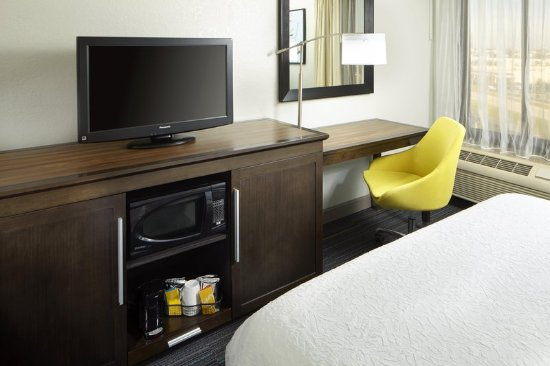 Hampton Inn Orlando Near Universal Blv / International Dr: 2 Queen Beds Desk Area