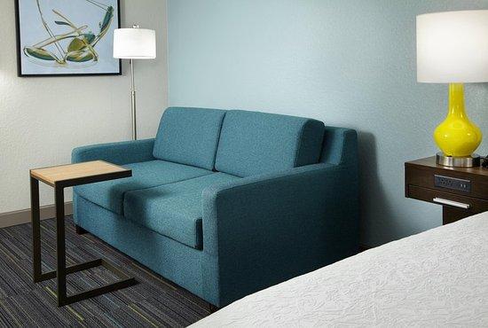 Hampton Inn Orlando Near Universal Blv / International Dr: Sofa Bed/Sitting Area