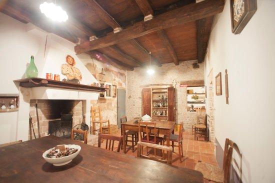 Sala ex cucina storica con camino picture of agriturismo for Sala con camino