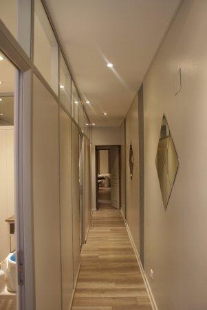 Pamiers, Frankrig: Le couloir menant aux 2 cabines épilations et à la cabine soin.