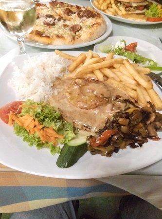Roma Restaurant: Свинина под соусом с ананасом, рисом и овощами
