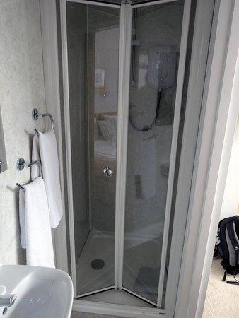 Camelot House: Kleines Bad, Gute Dusche
