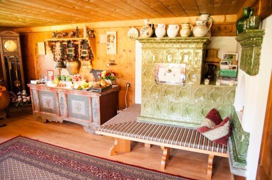 Riezlern, Austria: Gemütliche Gästestube für Frühstück und Brotzeit am Abend