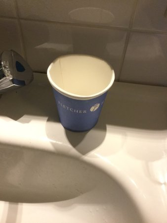 Loosdrecht, Países Baixos: Douche (in bad) voert slecht af, voegen vies en verwaarloosd. 1 kartonnen bekertje in badkamer,