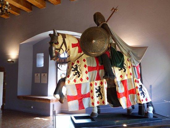 Belcastel, Francja: une des armures de la collection