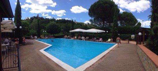 Poppi, Italië: Piscina e ristorante con vista castello
