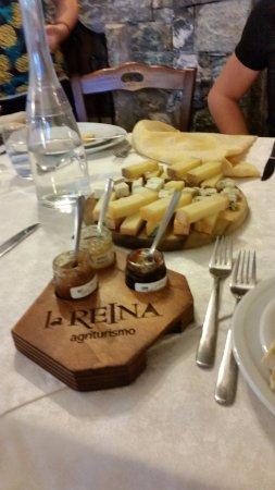 Pollein, Italy: Tagliere di formaggi con marmellate