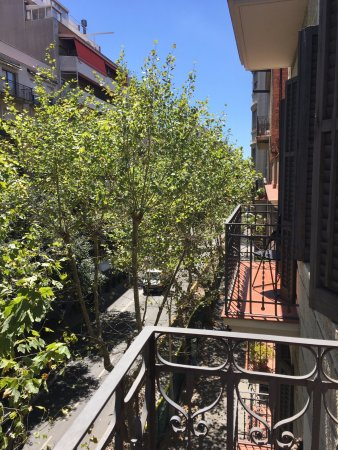Eric Vökel Sagrada Familia Suites: Balcony view onto tree lined avenue