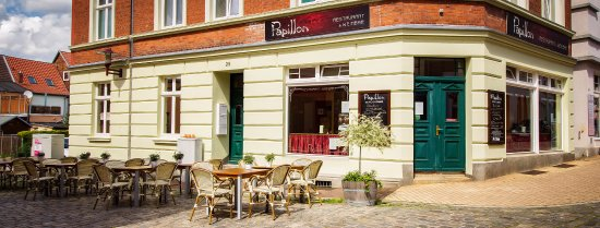 Parchim, Tyskland: Außenansicht mit Terrassenmöbeln