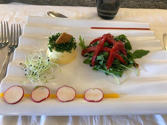 Noyant-de-Touraine, France: Subric de fromage de chèvre frais, ciboulette, poivron pelé confit maison