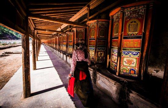 Xiahe County, Kina: 拉卜楞寺的外牆有世界上最長的轉經廊,若要轉遍每個轉經筒至少需一個多小時。