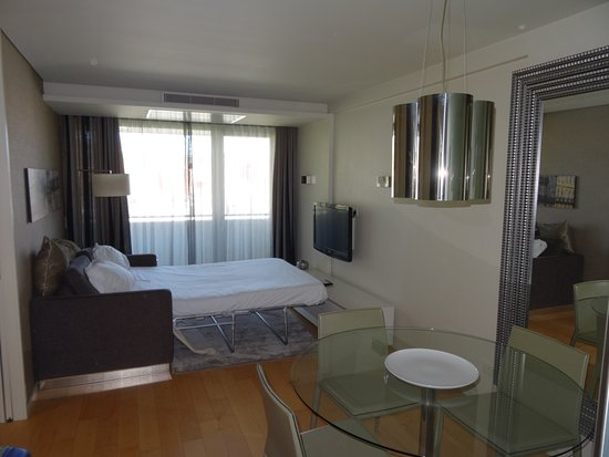 Serviced Apartments Boavista Palace: Comedor con sofá cama abierto