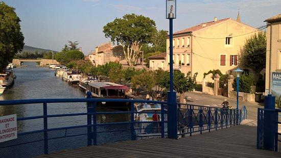 De omgeving van de boot. Stadje Homps