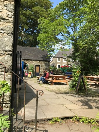 Kilmartin, UK: outdoor seating was full when we were there