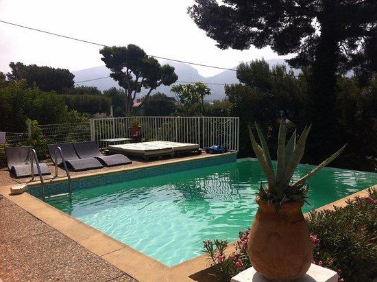 piscine vue de la terrasse bild von cassis hostel cassis tripadvisor. Black Bedroom Furniture Sets. Home Design Ideas