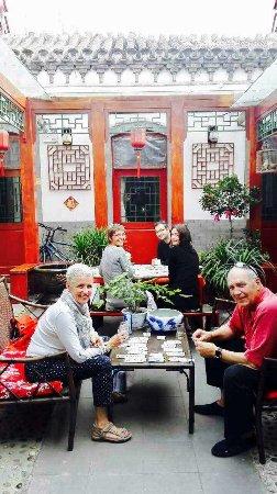 Siheju Courtyard Hostel: 庭院里吃饭