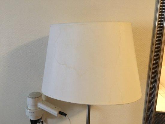 lamp met vlek (en oh ja, haardroger niet in badkamer maar slaapkamer ...