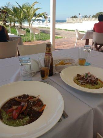 Mancora Marina Hotel: Frente a la piscina y al mar