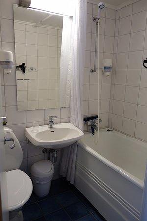 Balestrand, Noruega: Room 204 - small functional bathroom
