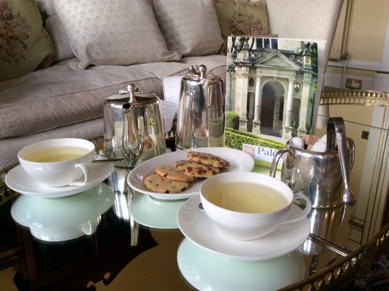 Llandderfel, UK: Delicious homemade biscuits served with our camomile tea