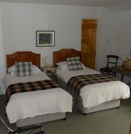 Farm Court: Room 5 is a twin room with en-suite bathroom. Perfect for weary travellers!