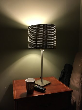 Tsawwassen, Canada: Oddities in my room: big weird air conditioning unit; lamps that don't emit much light; and very