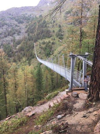 Randa, สวิตเซอร์แลนด์: The cloud can envelop the bridge quite quickly as it blows up the ravine.