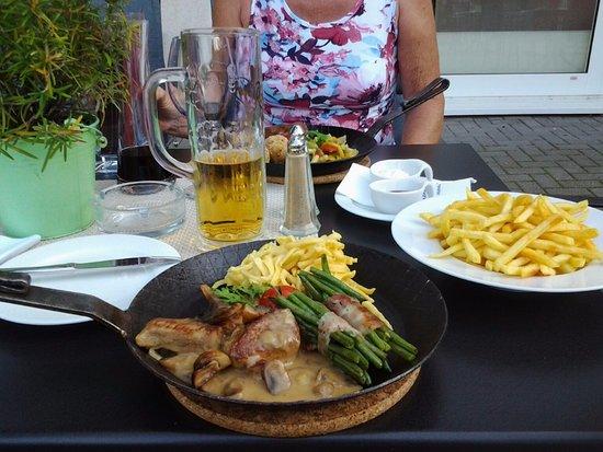 Niedernhausen, Niemcy: Lekker eten op het terras.