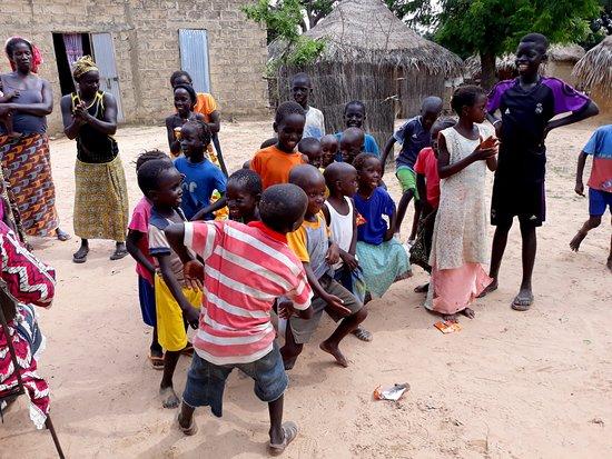 Mbour, Senegal: spectacle de dans avec les enfants
