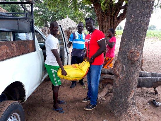 Mbour, Senegal: sac de 50 kilos de riz offert pour le village