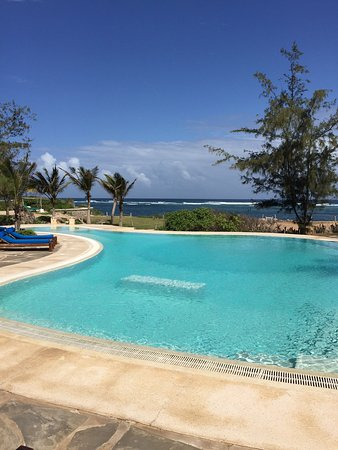 The Charming Lonno Lodge: Lovely pool overlooking the tranquil sea