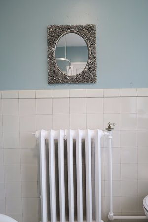 Kirkfield Bed and Breakfast: Room one bathroom radiator and mirror