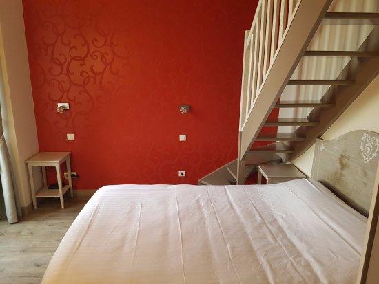 Charron, France : Pourquoi diable l'éclairage de chevet et les prises ne sont-ils pas autour du lit ?