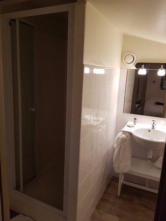 Charron, France : un peu exigü, et une douche grande mais dans la pénombre permanente