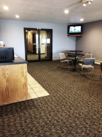 Kalona, IA: Guests enjoy our spacious. inviting lobby.