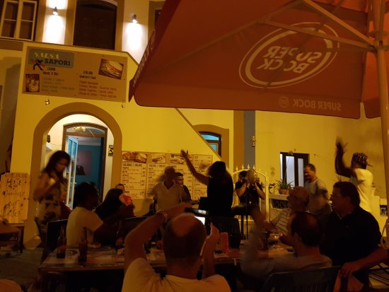 Cantando Y Bailando En La Terraza Del Salsa E Sapori