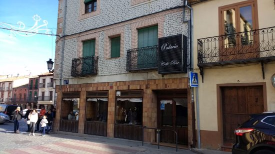 Turégano, España: Vista de los bares y soportales de la plaza