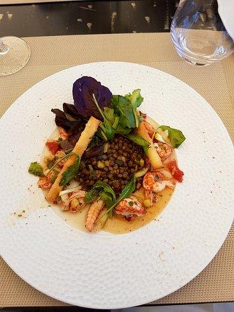 Aigueze, Франция: Salade d'écrevisses aux pêches parfumée à la coriandre sur un lit de lentilles vertes 
