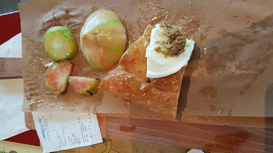 Settimo Torinese, Italia: Focaccia con pomodori acerbi e non puliti bene a € 9.80. Da Eataly non ti aspetti un servizio co
