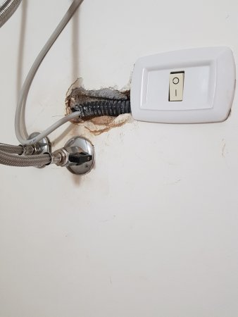 H Otello: Boiler Acqua Calda Acceso Ma Non Funzionante, Cavi Elettrici  Scoperti