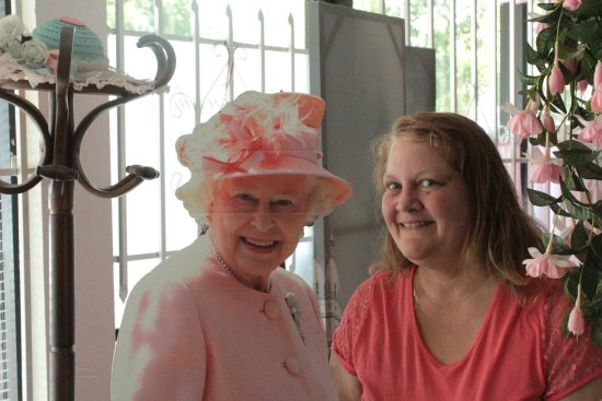 North Highlands, Kaliforniya: My sister hob nobbing with the Queen