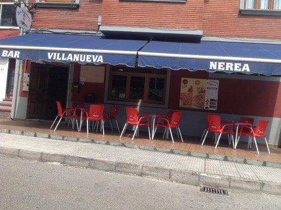 Aller, España: Terraza delantera del bar.