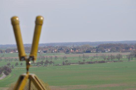 Seelow, Alemania: Ein Blick durch das originale Scherenfernrohr auf das Schlachtfeld ist für jeden Besucher möglic