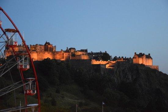 balkonbrustung mercure edinburgh city princes street hotel castle gemauert