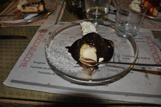 Rigomagno, Italy: The charlotte with chocolate... yum