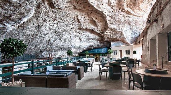 Domaine de la Perrière: L'espace Terrasse, parfait pour déguster nos vins accompagnés de Crottin de Chavignol.  ©JP. EHR