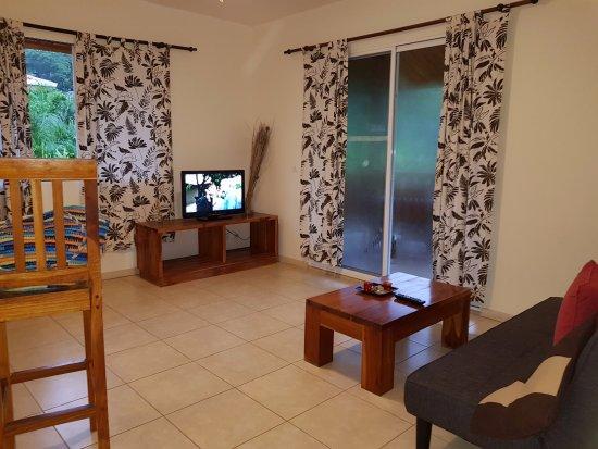 Costa Riki Apartments: Sala con TV y cable. Aires acondicionados independientes.