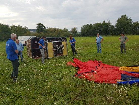 Semur-en-Auxois, France: Préparation du vol. Très intéressant à voir et à participer.
